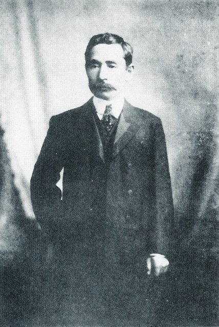 Sōseki (This photo was taken when he entered Asahi Shimbun in 1907, He was 40 years old.).jpg